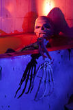 Scheletro spaventoso in vasca da bagno Fotografie Stock