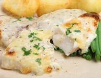 Schellfisch-Fischfilets backten mit Käse-Soße Stockbild
