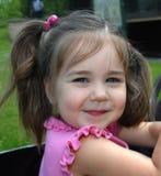 Schelmisches Lächeln auf wildem Kind stockfoto