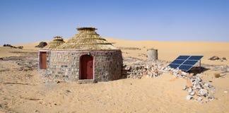 Schelter met zonnepanelen in het midden van de Woestijn wordt uitgerust die Royalty-vrije Stock Afbeeldingen