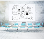 Schema di affari sulla domanda difficile bianca nell'auditorium con chai blu Immagini Stock Libere da Diritti