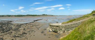 Schema storico alle carcasse di Purton, Gloucestershire, Regno Unito di protezione di erosione di sponda del fiume soggetto alle  fotografie stock libere da diritti