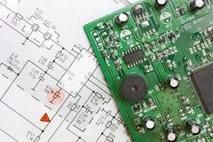 Schematisch diagram en elektronische raad Stock Fotografie