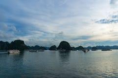 Schemer bij Halong-Baai met de donkere silhouetten van het bergeiland Royalty-vrije Stock Foto