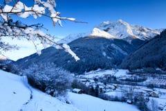 Schemer die aan het bergdorp komt Royalty-vrije Stock Fotografie