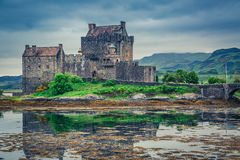 Schemer over loch in Eilean Donan Castle in Schotland Royalty-vrije Stock Foto's