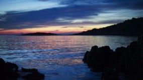 Schemeravond bij Adriatische Overzees in Razanj Kroatië stock footage
