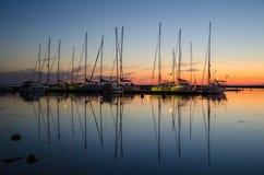 Schemering bij een kleine haven Stock Foto's