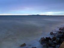 Schemering bij kust Stock Foto