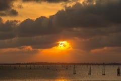 Schemering de bamboekippenren voor het voeden van vissen in zuiden van het overzees van Thailand Stock Fotografie
