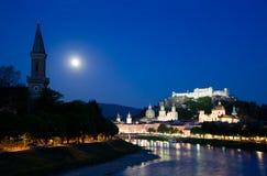 Schemering in de stad van Salzburg Stock Afbeeldingen