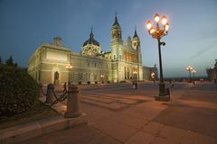 Schemering en lichten die in Royal Palace in Madrid, Spanje vorderen Stock Foto