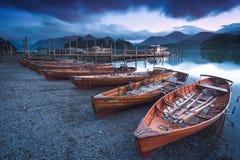 Schemering het roeien boten op Derwent-Water Royalty-vrije Stock Foto's