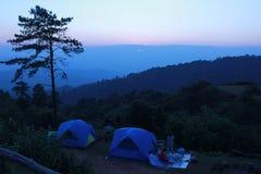 Schemering met alleen boom en twee tenten bij het kamperen streek stock foto