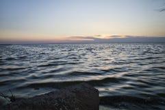 Schemering op de overzeese kust Royalty-vrije Stock Fotografie