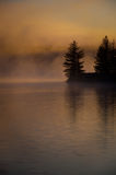 Schemering op het meer Royalty-vrije Stock Afbeeldingen