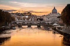 Schemering op Tiber-rivier met gezicht van de koepel van Vatikaan van Heilige Peter Basilica en Sant 'Angelo Bridge in Rome, Ital royalty-vrije stock afbeelding