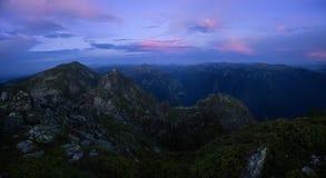 Schemering over de bergen Royalty-vrije Stock Foto