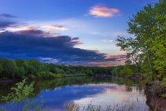 Schemering tijdens de avond van de rivierlente Stock Foto's