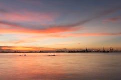 Schemering van de kust van Laem Chabang in Sriracha met zonsonderganghemel Stock Afbeeldingen
