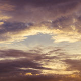 Schemeringhemel en cumuluswolk Royalty-vrije Stock Foto