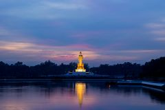 Schemeringhemel en het standbeeld van Boedha bij PhutthamonthonBuddhist-park in de Provincie van Nakhon Pathom van Thailand Stock Afbeelding