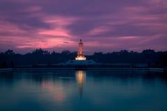 Schemeringhemel en het standbeeld van Boedha bij PhutthamonthonBuddhist-park in de Provincie van Nakhon Pathom van Thailand Stock Foto's