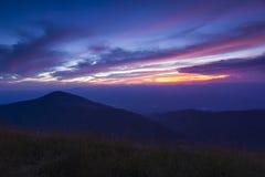 Schemeringhemel over de berg Stock Foto's