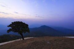 Schemeringhemel over de berg, noordelijk Thailand Stock Fotografie