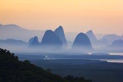 Schemeringhemel over het berg en mangrovebos in Phang Nga Royalty-vrije Stock Fotografie