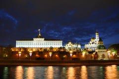 Schemeringhemel over Verlicht Moskou het Kremlin stock fotografie