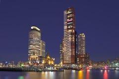 Schemeringmening over Kop van Zuid met high-rise gebouwen, Rotterdam, Nederland stock fotografie