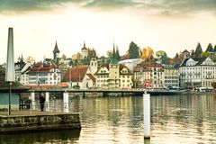 Schemeringmening van de historische middeleeuwse oude stad Luzerne royalty-vrije stock afbeelding