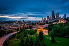 Schemeringmening van de horizon van Seattle van Jose Rizal Bridge, royalty-vrije stock afbeeldingen