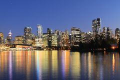 Schemeringmening van de horizon van Vancouver stock foto's
