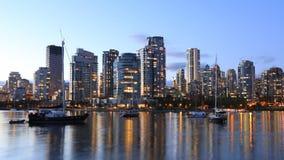 Schemeringmening van Vancouver over baai royalty-vrije stock foto's