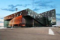 Schemeringscène van Harpa Concert Hall, Reykjavik Stock Foto's