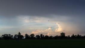 Schemeringwolken in de avond in het platteland Royalty-vrije Stock Foto's