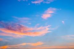 Schemeringwolken op de blauwe hemelachtergrond stock foto's