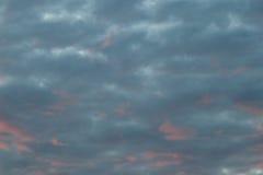 Schemeringwolken op de blauwe hemelachtergrond Royalty-vrije Stock Afbeeldingen