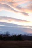 Schemeringzonsondergang, kleurrijke wolk, droog land, IJsland Stock Foto's