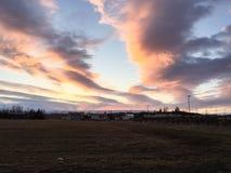 Schemeringzonsondergang, kleurrijke wolk, droog land, IJsland Stock Fotografie