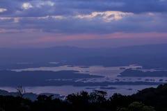 Schemeringzonsondergang over het hooggebergte stock fotografie