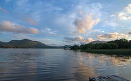 Schemeringzonsondergang over Lough Leane op de Ring van Kerry in Killarney Ierland stock afbeeldingen