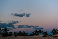 Schemerkleuren in de hemel bij schemering op een mijnplaats in Bliksem Ridge Australia royalty-vrije stock foto