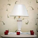 Schemerlamp in hotel met chandles stock foto