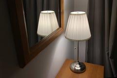 Schemerlamp met lampekap op een houten lijst royalty-vrije stock afbeeldingen