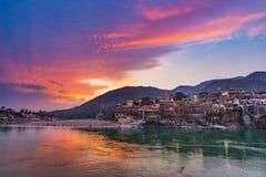 Schemertijd bij Rishikesh, heilige stad en reisbestemming in India Kleurrijke hemel en wolken die over de Rivier van Ganges naden royalty-vrije stock foto