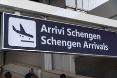 Schengen ankomster stiger ombord arkivbilder