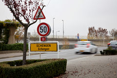 Schengen-Stadt-Grenzzeichen und verwischt, Auto führend Lizenzfreie Stockfotografie